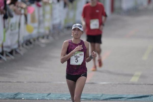 Karina ganó el primer lugar, en la rama femenil, del maratón más importante en toda Latinoamérica.  Foto: Twitter