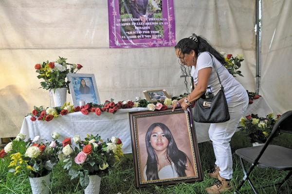 ALTAR. Con rosas y flores de colores, los familiares de Fernanda le hicieron un homenaje. Foto: Nayeli Cruz