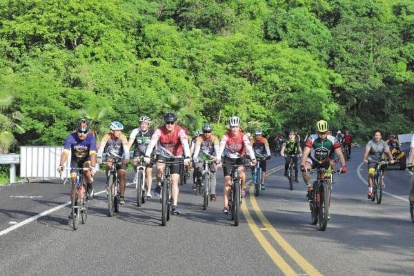BICIS. En la inauguración, el gobernador participó en una rodada ciclista. Foto: Especial