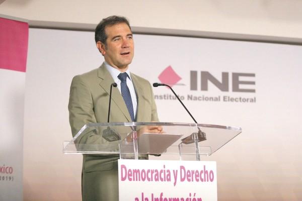 TRABAJO. Córdova y Acuña inauguraron el foro Democracia y Derecho a la Información, en el INAI. Foto: Especial