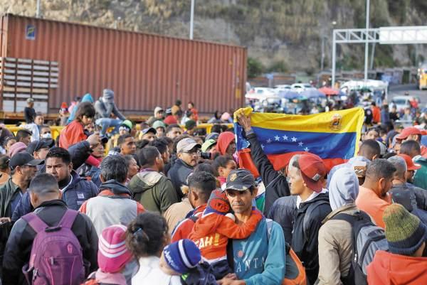 BLOQUEO. Los inmi- grantes venezolanos sólo podrán ingresar a Ecuador si antes solicitaron la expedición de una visa humanitaria. Foto: REUTERS