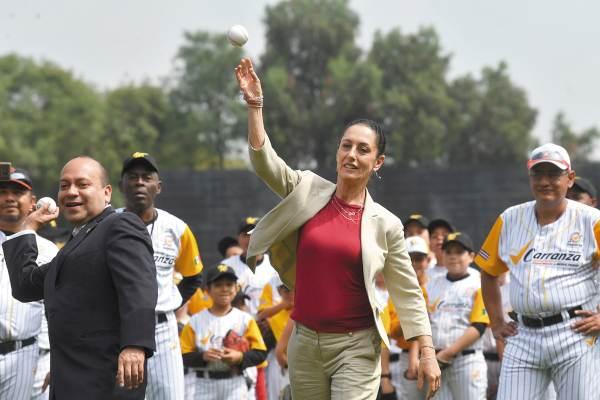 CEREMONIA. Claudia Sheinbaum lanzó la primera bola conme- morativa en la Ciudad Deportiva, en la capital de nuestro país. Foto: Pablo Salazar Solís.