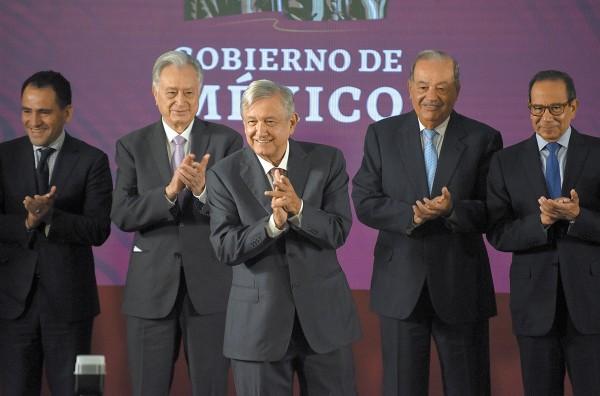 CONFIANZA. Manuel Bartlett y Andrés Manuel López Obrador, con el empresario más rico de México, Carlos Slim Helú. Foto: Daniel Ojeda