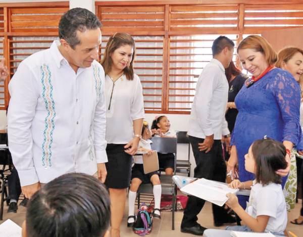CICLO. Carlos Joaquín en- cabezó el regreso a clases. Foto: Especial.