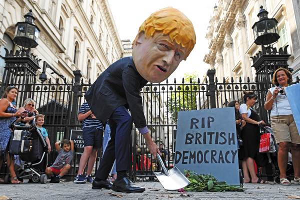 INCONFORMIDAD. Los partidarios contra el Brexit participaron ayer en una protesta, luego de la decisión del gobierno. Foto: AFP