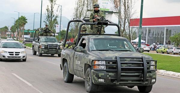 COMBATE. Los soldados del ejército hacen frente a los presuntos agresores. Foto: Cuartoscuro