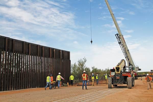 TAREA. Trabajadores comenzaron las obras de una nueva valla fronteriza en Nuevo México. Foto: AP