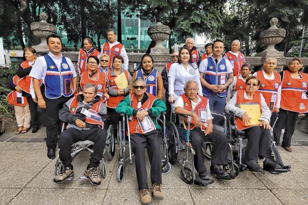 GARANTÍA. La agrupación Tierra y Libertad queda como garantía ante EU de que los adultos mayores salen y regresan a México. Foto: Víctor Gahbler