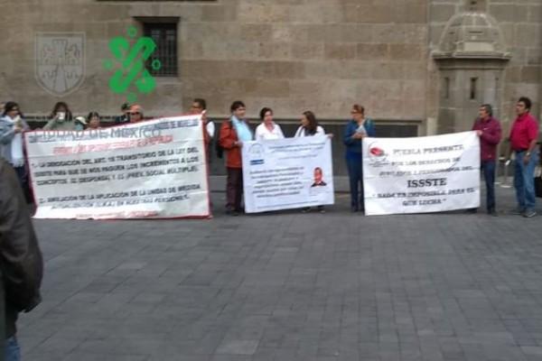 jubilados_manifestantes_palacio_nacional