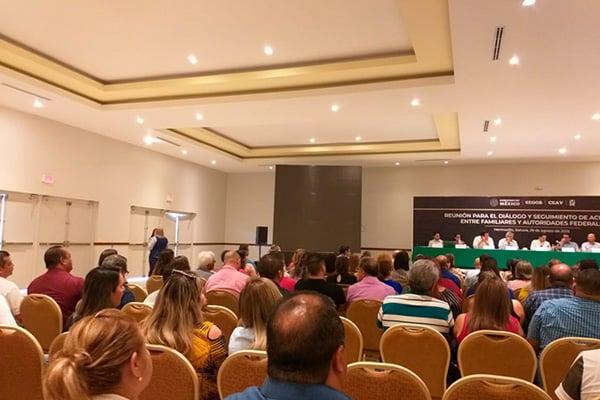 """A media reunión el grupo """"Cinco de Junio"""", que alberga a 40 padres y madres de las víctimas, abandonó el lugar. FOTO: Especial"""