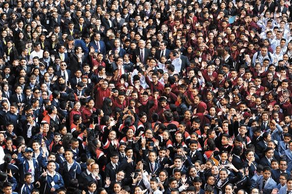 Los estudiantes también recibieron la noticia de que tendrán una beca para toda la secundaria. Foto: Especial