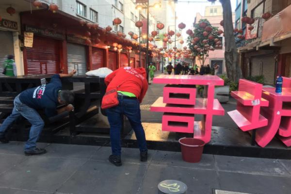 Comerciantes ayudan a limpiar el Barrio Chino. Foto: Manuel Durán
