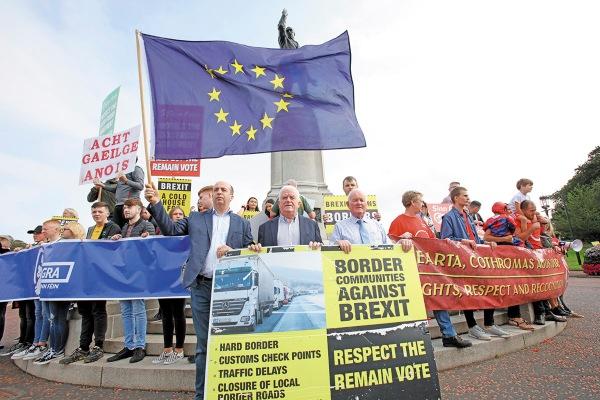 CAMBIOS. Manifestantes anti-Brexit protestaron frente a la casa de Stormont, en Irlanda del Norte. Foto : AFP.