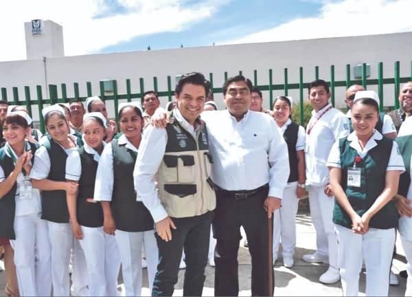 RECORRIDO. Zoé Robledo, director del IMSS, y Miguel Barbosa, visitaron dos hospitales rurales. Foto: Especial.