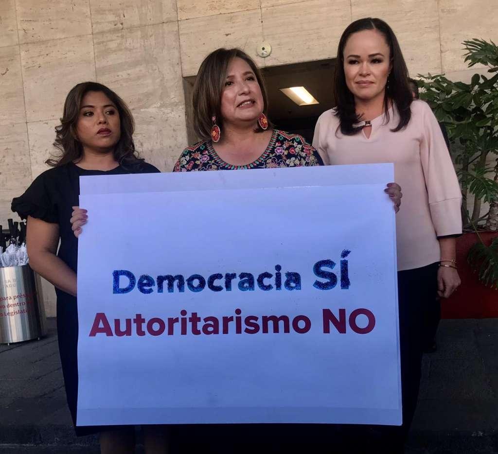La senadora del PAN, Xóchitl Gálvez subió a la Tribuna de la Cámara de Diputados con una pancarta que dice