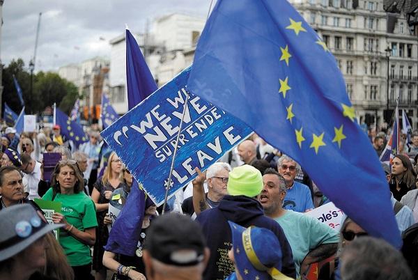 INCONFORMIDAD. Cientos de británicos protestaron ayer contra los planes del primer ministro. Por AP
