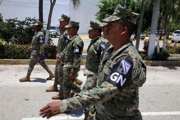 Agentes de la Guardia Nacional intentaron evitar que campesinos de diferentes organizaciones sociales bloquearan el boulevard de Las Naciones en la Zona Diamante de Acapulco. FOTO: CARLOS ALBERTO CARBAJAL / CUARTOSCURO.COM
