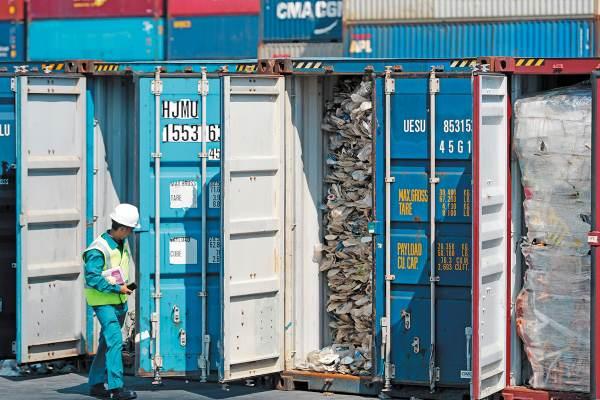 PROBLEMA. Después de que China dejó de recibir los desechos plásticos. Malasia tomó ese mercado que luego ya no podía regular. Foto: AP