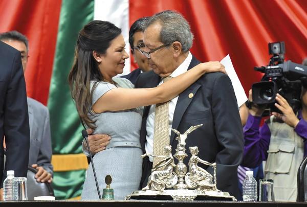 CAMBIO. Porfirio Muñoz Ledo deseó suerte a su sucesora Laura Rojas Hernández y se dieron un abrazo fraterno. Foto: Cuartoscuro