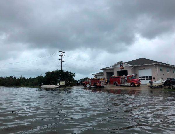 ASISTENCIA. El Departamento de Bomberos auxilió a las familias varadas en sus casas inundadas. Foto: AP