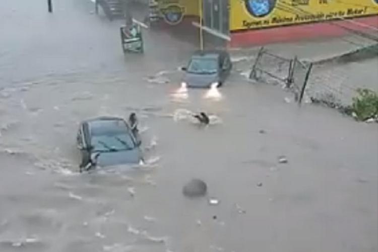 La chica trataba de caminar por las calles inundadas, cuando de pronto fue arrastrada por el agua y terminó en el drenaje. Foto: Especial
