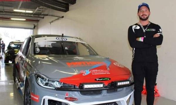 Luego de intensa lucha por el liderato, fue el piloto del auto número 34 Julio Rejón quien se apoderó del primer lugar. Foto: Especial