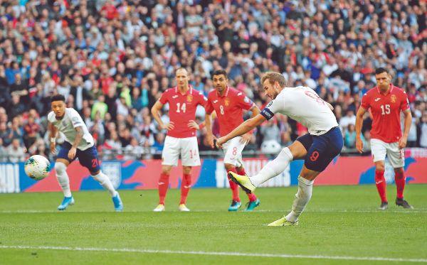 TRIPLETE. El atacante de los Spurs tomó el estandarte de la goleada inglesa en el campo de Wembley. Foto: REUTERS