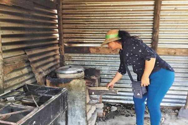 A Carmen le construyeron una casa sin ningún servicio básico. Foto: Especial