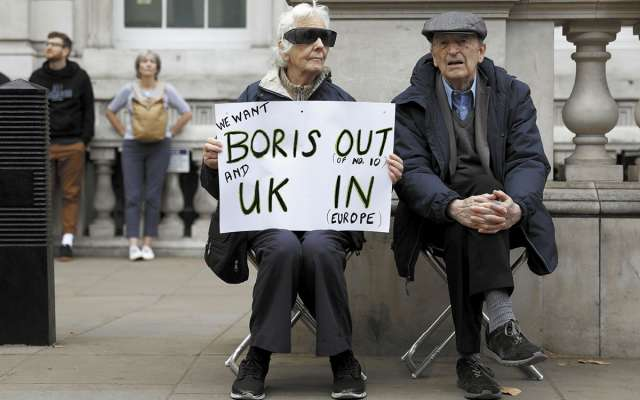 Una manifestantes anti-Brexit muestra su rechazo en una pancarta. Foto: Reuters