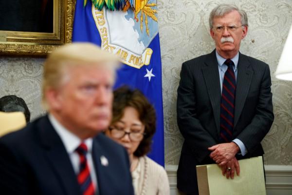DESENCUENTROS. Donald Trump prescindió del polémico John Bolton, tras varios meses de discrepancias. Foto: AP