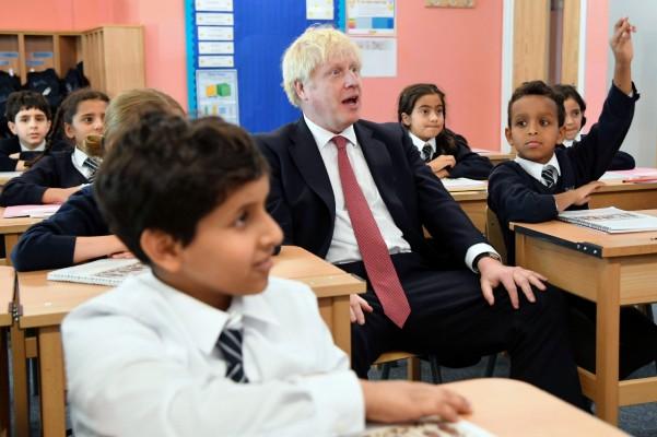 TAREA. Johnson visitó ayer una escuela primaria en Londres. Foto: AP