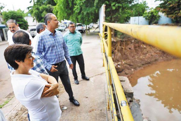 SUPERVISIÓN. El gobernador y la titular de Conagua realizaron un recorrido en Culiacán. Foto: Especial.