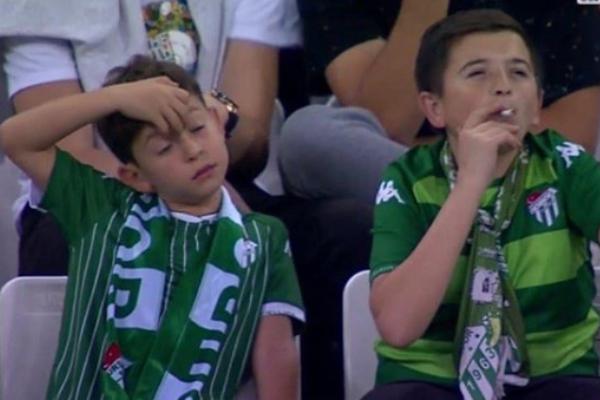 Niño fuma en un estadio en Turquía. Foto_ Especial