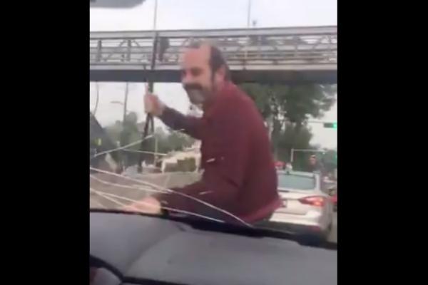 hombre agrede mujer carro
