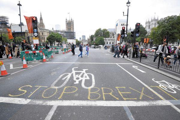 REACCIÓN. Alto al Brexit, dicen las expresiones contra salida de la UE, cerca del Parlamento. Foto: REUTERS