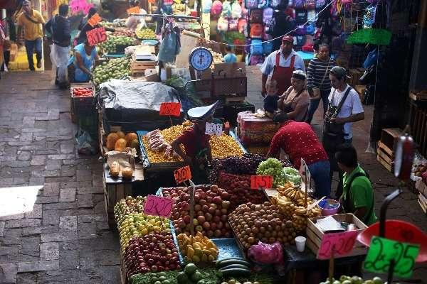 Venta de fruta de temporada en el mercado Adolfo López Mateos, el más grande de Morelos. FOTO: MARGARITO PÉREZ RETANA /CUARTOSCURO.COM