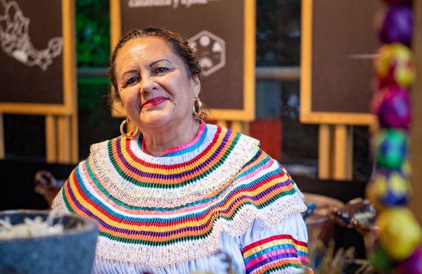 LUZMY GÓMEZ. Las cocineras tradicionales de nuestro país son quienes, con su conocimiento gastronómico, enaltecen la cultura de México. Foto: Yaz Rivera.