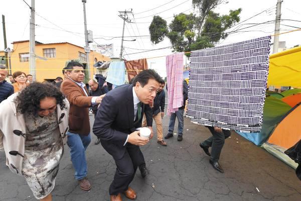 OBSTÁCULO. El coordinador de Morena, Mario Delgado, ayer hasta tuvo que esquivar tendederos. Foto: Pablo Salazar.
