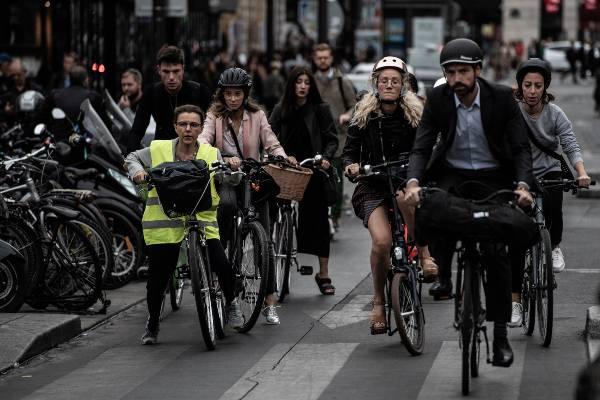 CARRERA. Los servicios de renta de bicicletas lucieron abarrotados; no todos pudieron alcanzar un vehículo. Foto: AFP