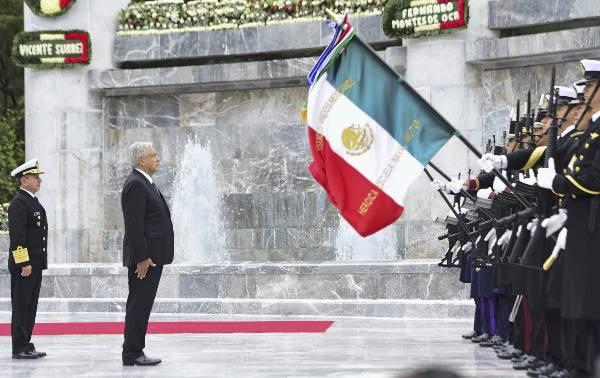 GUARDIA. El presidente López Obrador, al pie del Altar a la Patria, saludó a la bandera. Foto: CUARTOSCURO