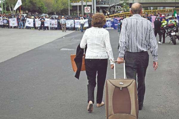 INCONVENIENTE. Los usuarios tuvieron que caminar para llegar a la terminal. Foto: REUTERS