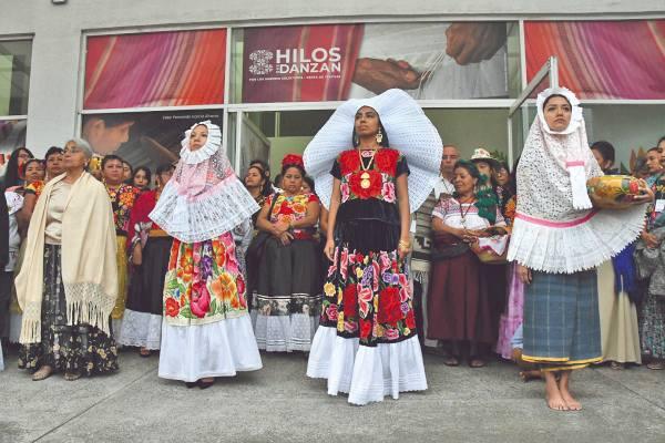 COLOR. Textiles y atuendos mexicanos se exhiben en Los Pinos. Foto: Cortesía.
