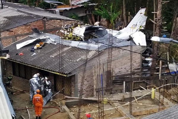 Fotografías en las redes mostraban partes del avión sobre algunas casas y el documento de identificación aparentemente del piloto. Foto: Reuters