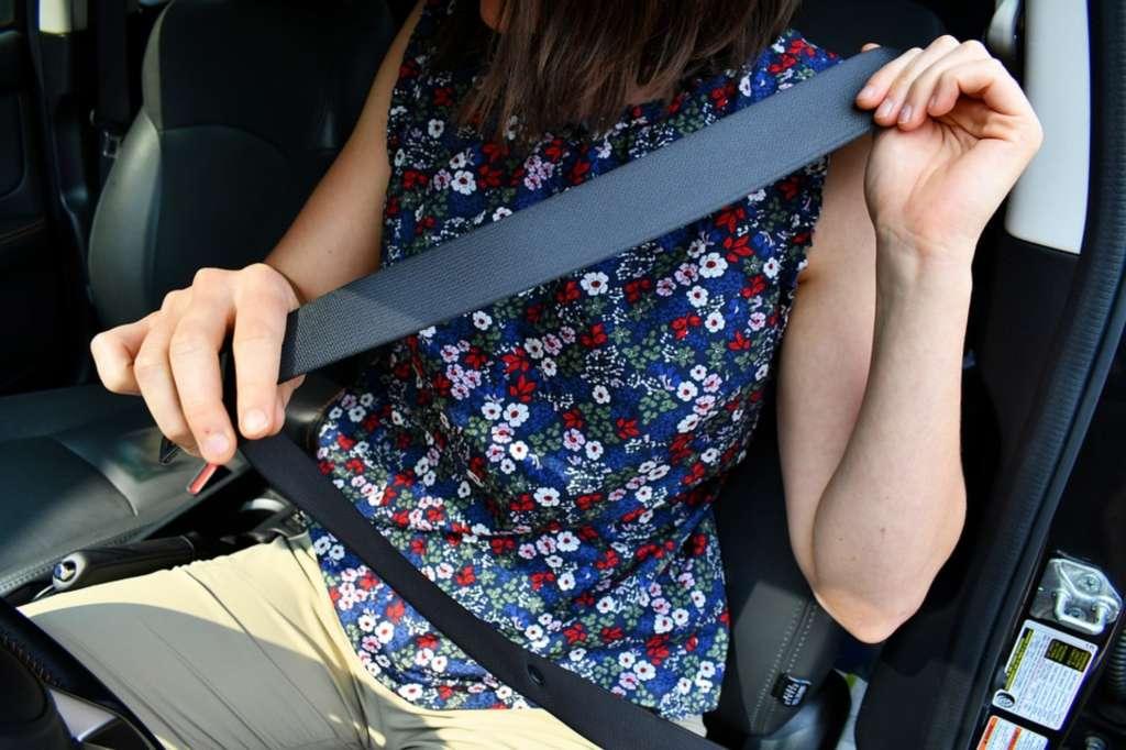 Colocación de un cinturón de seguridad dentro de un automóvil. Foto: Especial