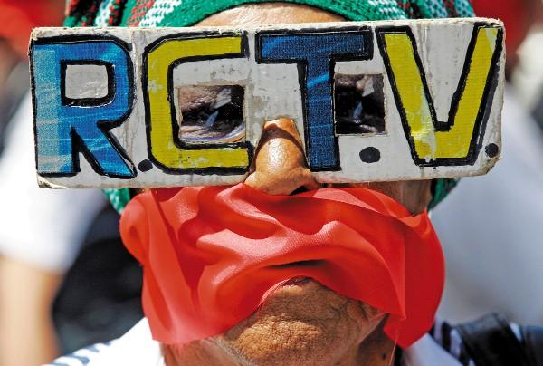 CENSURA. Desde el tiempo de Hugo Chávez comenzó el cierre de medios. Foto: AP