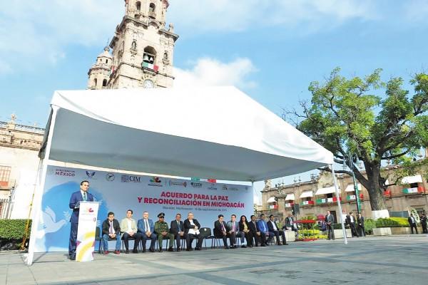 FIRMA. Representantes de varios sectores suscribieron el pacto. Foto: Especial