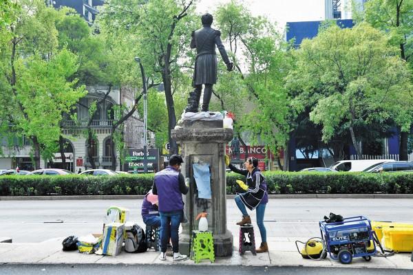 A DETALLE. Los pedestales de las estatuas de Paseo de la Reforma están siendo rehabilitados por personal del Instituto Nacional de Antropología e Historia. Foto: Leslie Pérez
