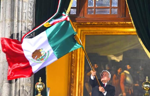 El mandatario cumplió con los tradicionales vivas, y portó la banda presidencial. Tras el evento, acudió a un pequeño festejo en Palacio Nacional. Foto: Pablo Salazar