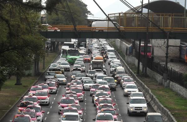 Filas de tráfico sobre la Av. Ignacio Zaragoza en el oriente de la Ciudad de México. FOTO: ARMANDO MONROY /CUARTOSCURO.COM
