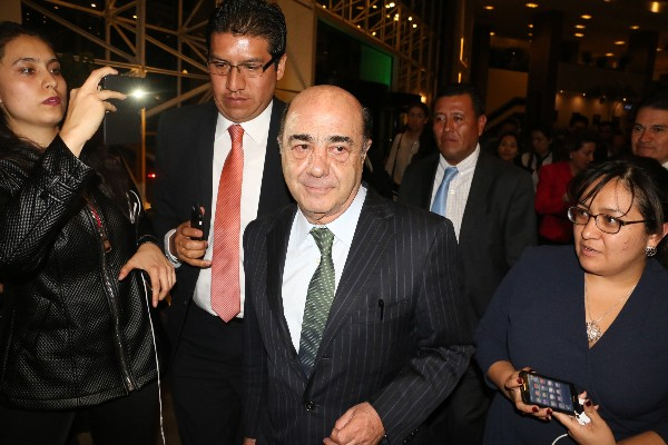 Jesús Murillo Karam ex procurador de la república a su salida de la reunión con los integrantes de la comisión que investiga el caso Ayotzinapa. FOTO: SAÙL LÒPEZ /CUARTOSCURO.COM